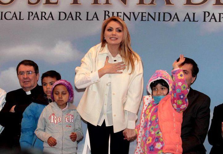 Angélica Rivera presentó un disco dedicado al Papa Francisco, en el cual participan artistas como Lucero, Pedro Fernández y Belinda. (Notimex)