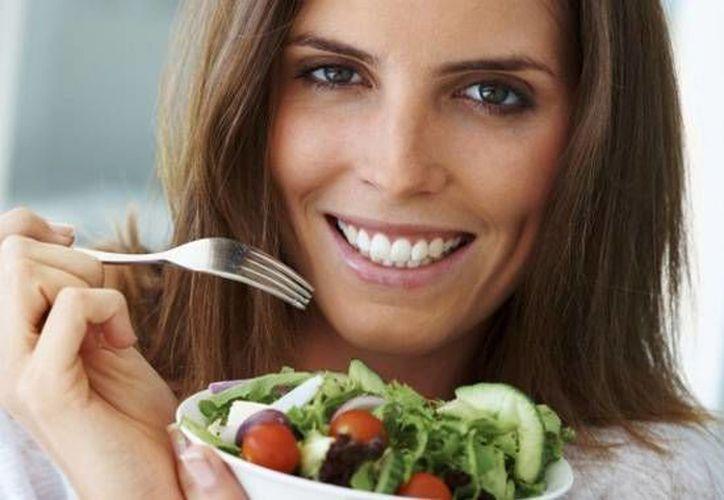 Escoge frutas y verduras, panes integrales, carnes con poca grasa, leche y quesos sin grasa. (Contexto/Internet)