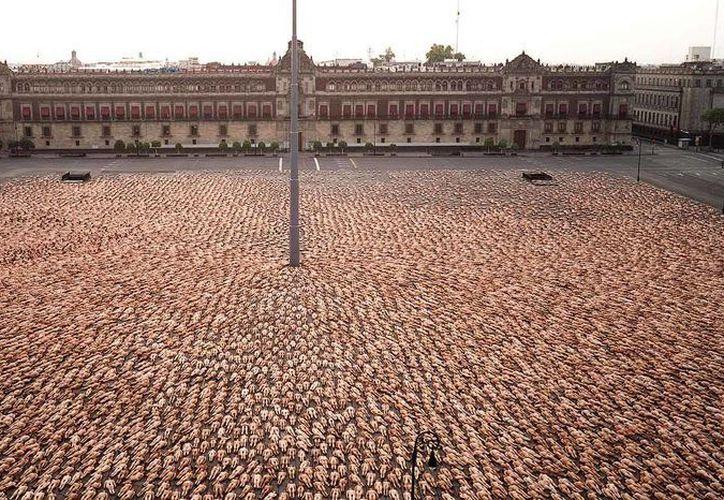 El fotógrafo ya ha realizado sus trabajos en países como Holanda, Alemania, México y Chile. Imagen de la fotografía que realizó en el Zócalo capitalino. (Spencer Tunick)