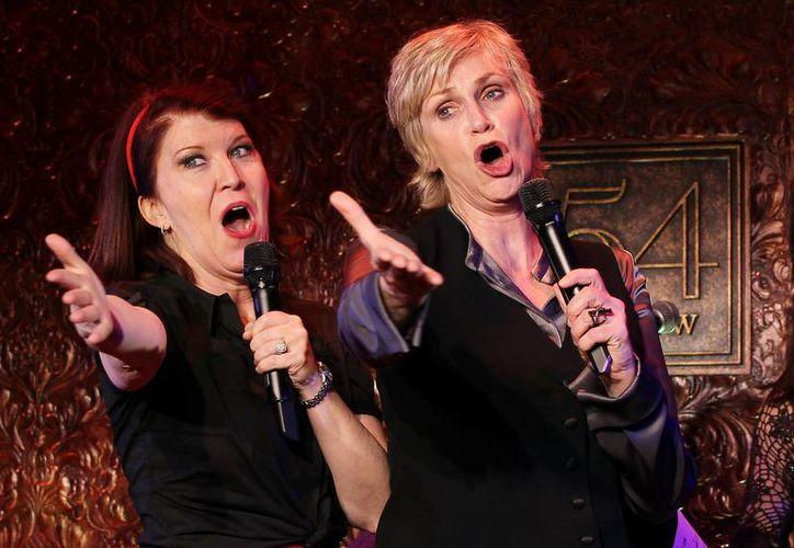 Jane Lynch (d) con Kate Flannery durante una presentación para la prensa antes del debut de la primera en un concierto en Nueva York. (Foto: AP)
