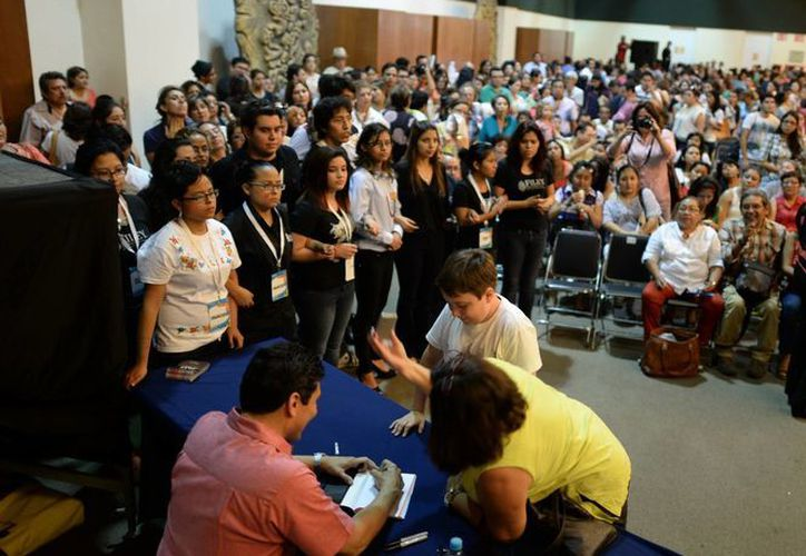 César Lozano firmó autógrafos a sus seguidores en la Filey. (Milenio Novedades)