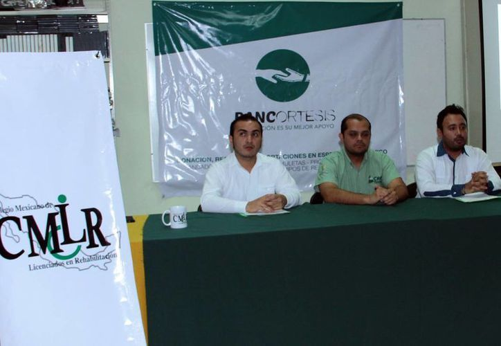 Integrantes del Colegio Mexicano de Licenciados en Rehabilitación, A.C. (CMLR) durante el lanzamiento del programa Bancortesis, que busca recolectar aparatos en desuso. (Milenio Novedades)