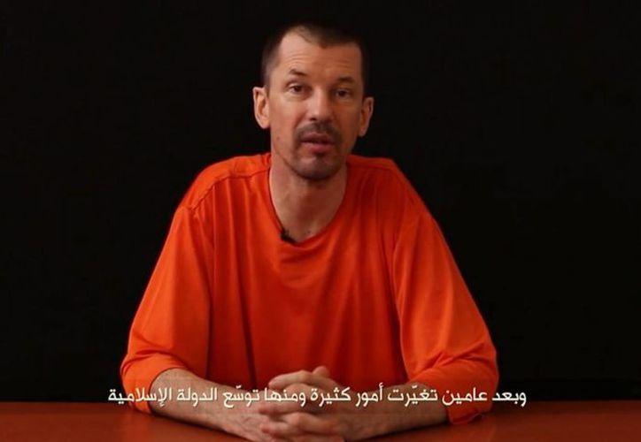 Captura del video publicado el pasado 18 de septiembre por el grupo yihadista Furqan Media, que muestra al periodista británico John Cantlie, supuestamente secuestrado por el grupo terrorista Estado Islámico (EI) en una localización sin identificar. (EFE)
