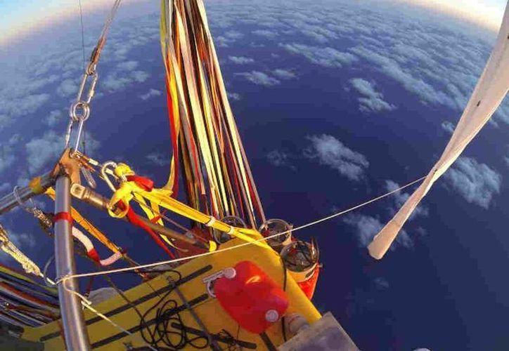 Imagen proporcionada por el Equipo Two Eagles del Globo Aerostático, cuando el estadounidense Troy Bradley y el ruso Leonid Tiukhtyaev despegaron de Saga, Japón. (Agencias)