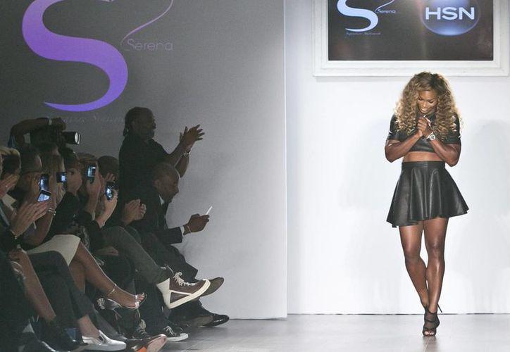 La tenista Serena Williams recibe aplausos durante la presentación de su colección de ropa en la Semana de la Moda en Nueva York. (Foto: AP)