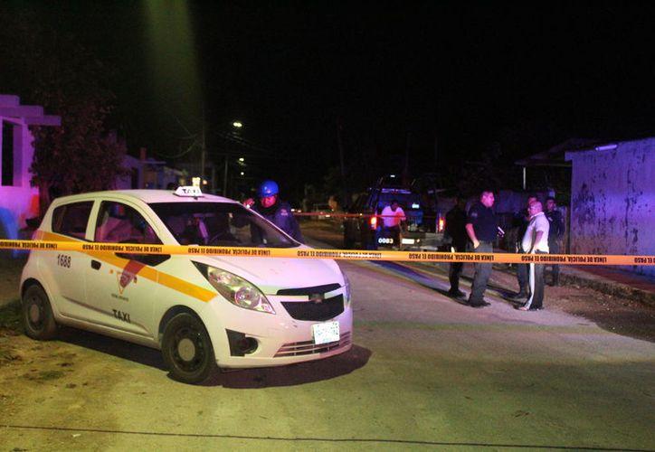 Policías municipales acordonaron el área y entregaron al taxista a un juez calificador. (Foto: Redacción/SIPSE)