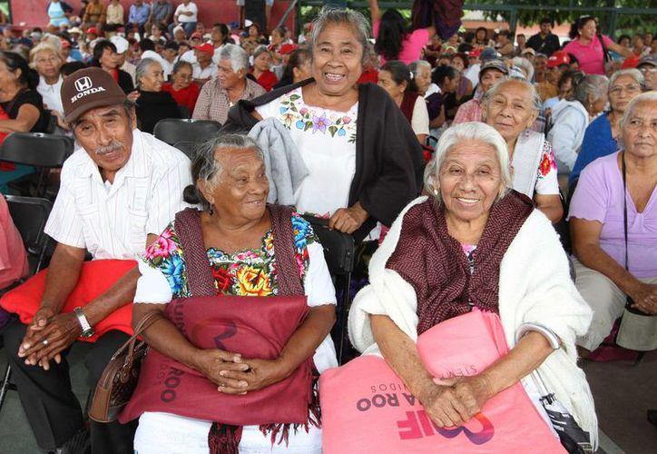Personas de la tercera edad se verán beneficiadas con la campaña 'Abrigando Familias con Amor'. (Ángel Castilla/SIPSE)