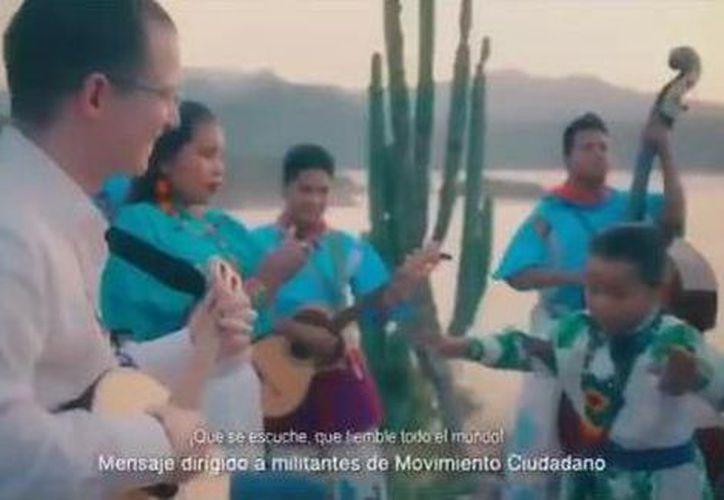 Ricardo Anaya acompaña con la guitarra a Yuawi durante un nuevo video del promocional de 'Movimiento Naranja'. (Foto: Captura de video)