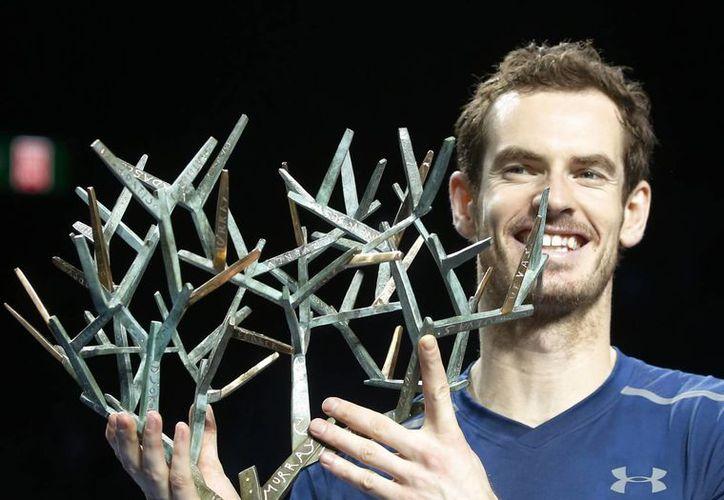 Andy Murray sostiene el trofeo de campeón del Masters de París tras vencer a John Isner este domnigo, en la final  (AP/Michel Euler)