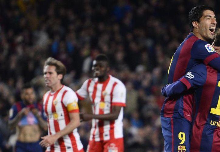 Luis Suárez celebra con Lionel Messi. Entre ambos contribuyeron en gran medida a la goleada de Barcelona por 4-0 al Almería para no ceder terreno ante Real Madrid rumbo al título de Liga. (Foto:AP)