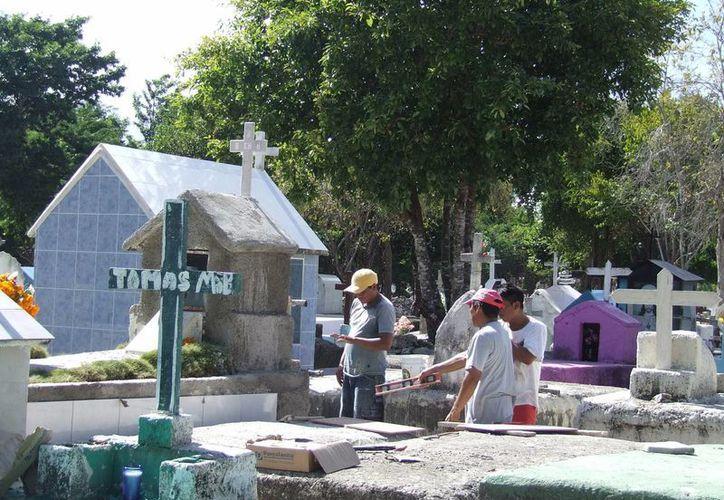 El Ayuntamiento hará labores de limpieza y mantenimiento en el panteón municipal en los próximos días.  (Rossy López/SIPSE)