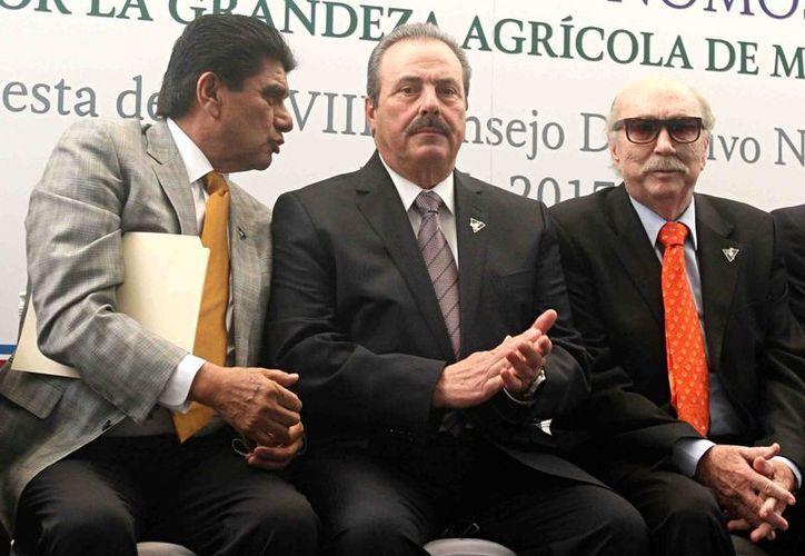 Uno de los acuerdos entre México y Portugal tienen que ver con  fomento al consumo de productos del mar. En la foto, al centro, el titular de la Sagarpa, Enrique Martínez y Martínez. (Notimex)