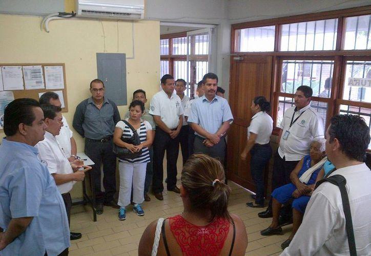 Padres de familia, maestros y funcionarios realizaron ayer la revisión en el Cecyte.  (Adrián Monroy/SIPSE)