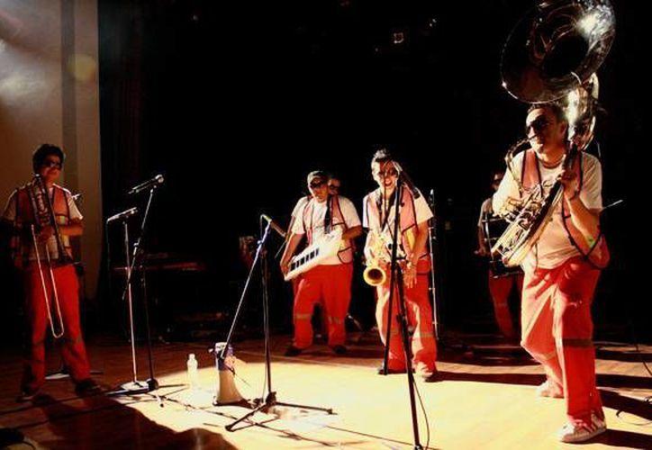 Brass Street Boys se encargó de abrir el concierto a la banda Orquesta Vulgar como parte de un gran show en el Lunario de la Ciudad de México. (Notimex)
