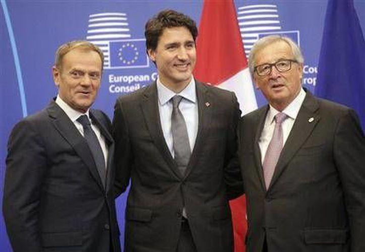 El presidente de la Comisión Europea, Jean-Claude Juncker, el premier canadiense Justin Trudea y el presidente del Consejo Europeo Donald Tusk, previo a la firma de un tratado de libre comercio. (AP/Olivier Matthys)