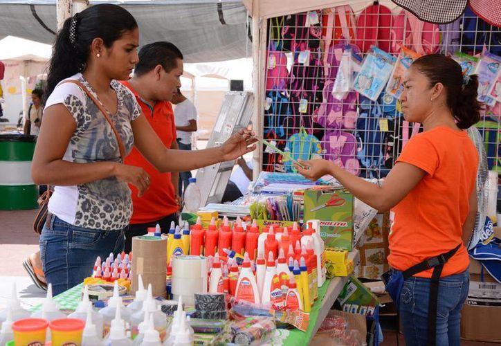 Los padres de familia están comprando libros que en algunos planteles les están solicitando. (Victoria González/SIPSE)
