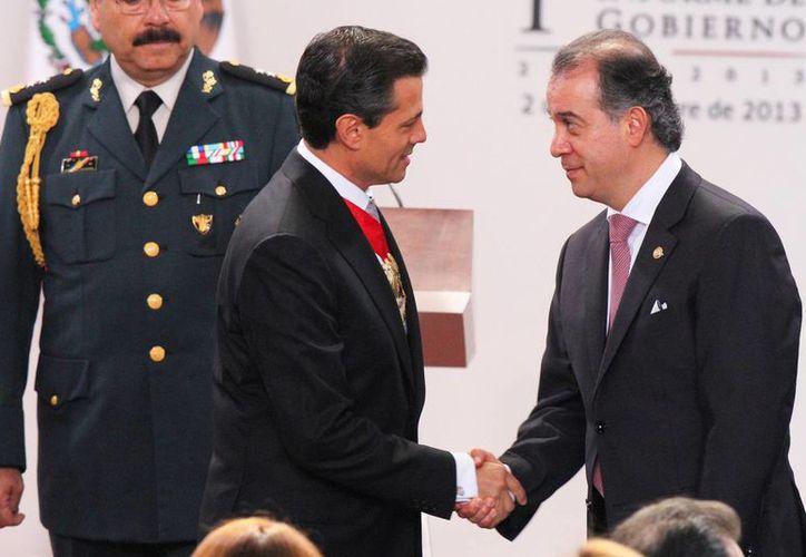 El presidente Enrique Peña Nieto y el senador con licencia Raúl Cervantes, quien dirigirá la PGR. (Archivo/ Notimex)