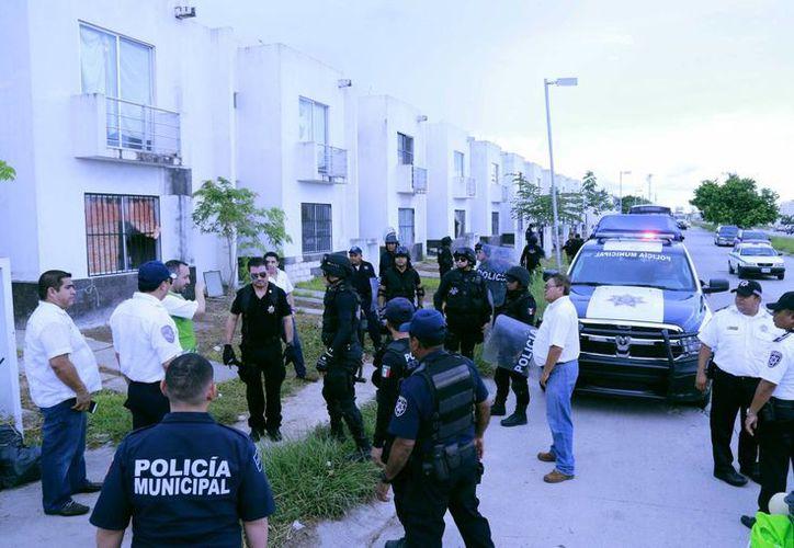 Un grupo de 50 personas fue desalojado de viviendas que habían ocupado ilegalmente en el fraccionamiento Villas del Arte. (Jesús Tijerina/SIPSE)