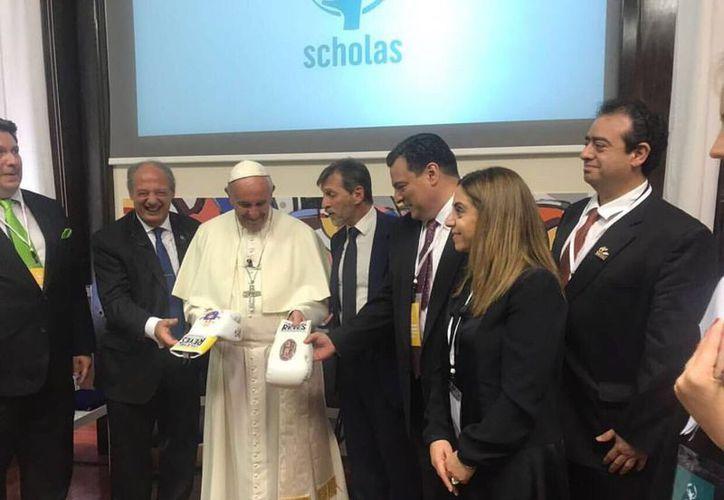 Durante la reunión con el pontífice, le entregaron un par de guantes de boxeo, uno con la imagen del escudo del pontificado. (Foto: Contexto/Internet)