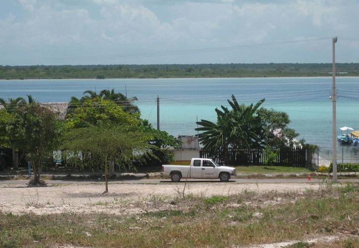 Construyeron viviendas sin ningún impedimento ni reglamentación, ahora 'tapan' la visibilidad de la Laguna de Bacalar. (Javier Ortiz/SIPSE)