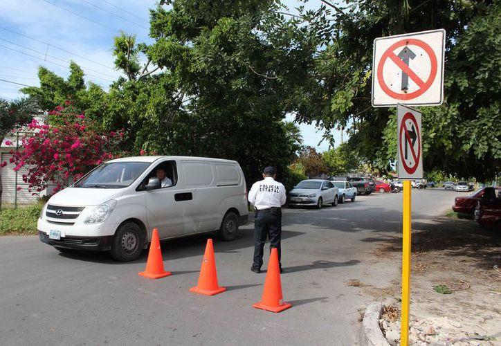 Personal de la Dirección de Tránsito se ubicará en el sitio de siete de la mañana a 10 de la noche, para dar a conocer la medida tomada y evitar accidentes. (Joel Zamora/SIPSE)