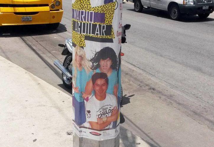 Los carteles del evento estaban pegados incluso en postes de la CFE. El responsable del evento fue multado con 347 mil 670.40 pesos. (Milenio Novedades)