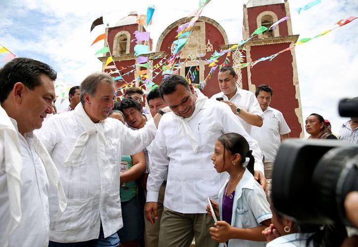 El gobernador Rolando Zapata Bello y el titular de la Secretaría de Desarrollo Social (Sedesol), José Antonio Meade Kuribreña, en Chikindzonot, al anunciar la aplicación de un programa piloto lechero en beneficio de familias de escasos recursos. (Foto cortesía del Gobierno estatal)