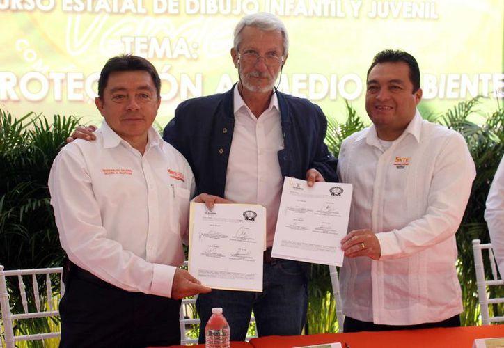El titular de la Seduma y los dirigentes del SNTE durante la firma del convenio que fortalezca en los alumnos la conciencia a favor del medio ambiente y la conservación de recursos naturales. (Milenio Novedades)