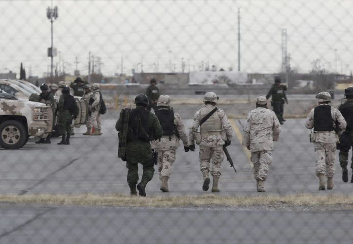 Soldados resguardaron el aeropuerto de Ciudad Juárez, Chihuahua, previo a la extradición de Joaquín 'El Chapo' Guzmán a Estados Unidos, el jueves 29 de enero de 2017. (AP/Christian Torres)