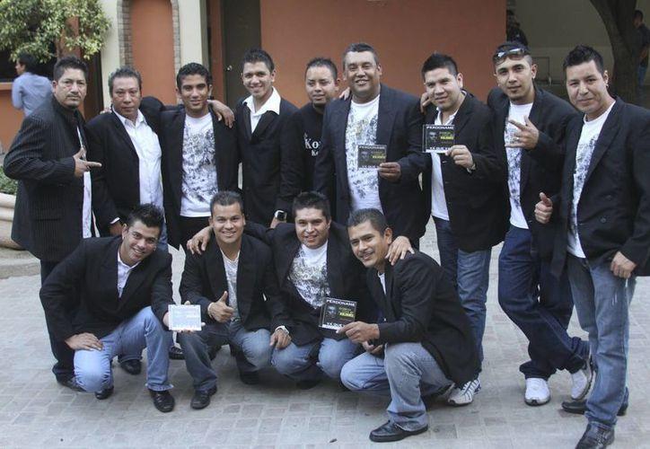 El tecladista Heider Cuéllar, de 24 años (tercero de izq. a der., de pie), será enterrado en México. (Agencias)