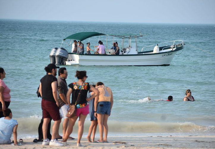 Algunas embarcaciones cruzan muy cerca de donde se encuentran los bañistas. (Gerardo Keb/Novedades Yucatán)