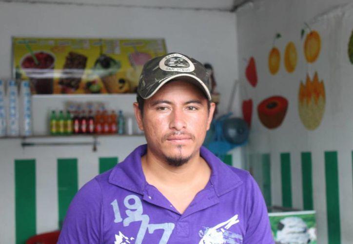 Roberto Velasco Zamorano, de una paletería de la zona, asegura que las ventas han disminuido por la presencia del olor. (Loana Segovia/SIPSE)