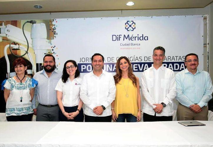 Los exámenes preoperatorios se realizarán en los laboratorios clínicos de Ópticas Lincoln. El alcalde de Mérida, Mauricio Vila (c) estuvo en la reunión informativa. (Milenio Novedades)