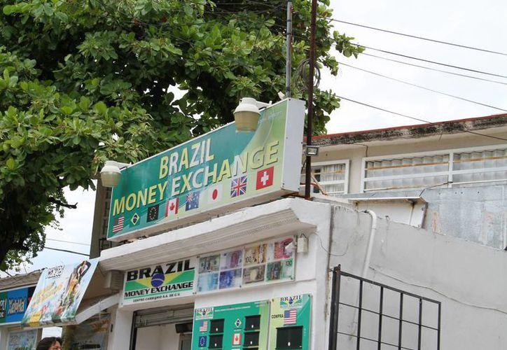 En las casas de cambio podría llegar a 21 pesos el dólar. (Miguel Ángel Ortiz/SIPSE)