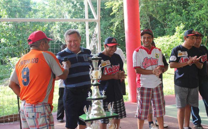 Los jugadores agradecieron a Jiménez Ancona su presencia a la convivencia. (Raúl Balam/SIPSE)