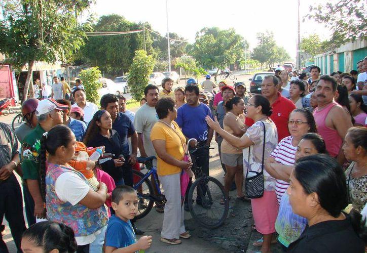 Padres de Familia exigieron que el director Freddy Ricardo Parra Ávila diera la cara. (Manuel Salazar/SIPSE)