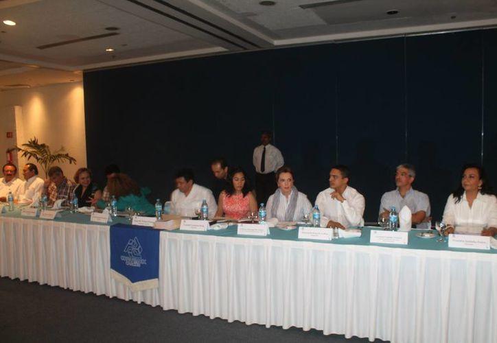 Los representantes de las cámaras empresariales en una reunión en el Centro de Convenciones. (Israel Leal/SIPSE)