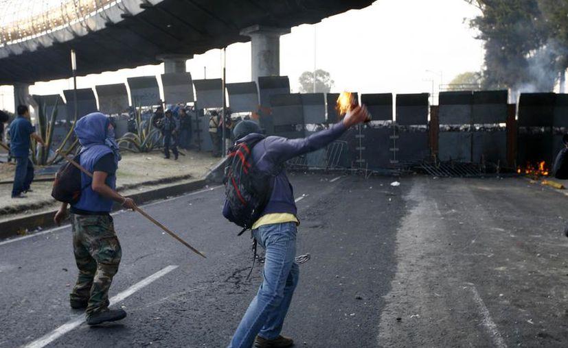 Se calcula que hay más de 600 manifestantes involucrados en los choques contra fuerzas de seguridad en las inmediaciones de San Lázaro. (Agencias)