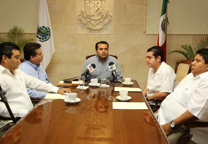 El diputado José Luis Manzanero Villanueva, el edil Renán Barrera y el diputado Bayardo Ojeda. (SIPSE)
