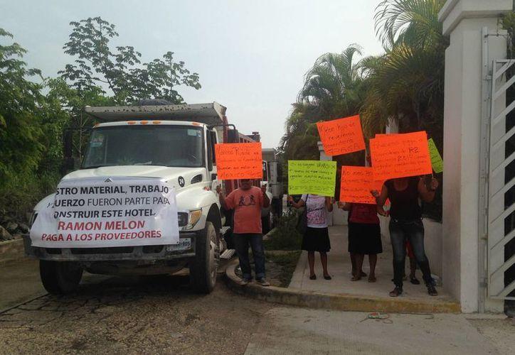 Aproximadamente 25 trabajadores se hicieron presentes en el exterior del Hotel Princess para exigir el pago de la deuda pendiente. (Luis Ballesteros/SIPSE)