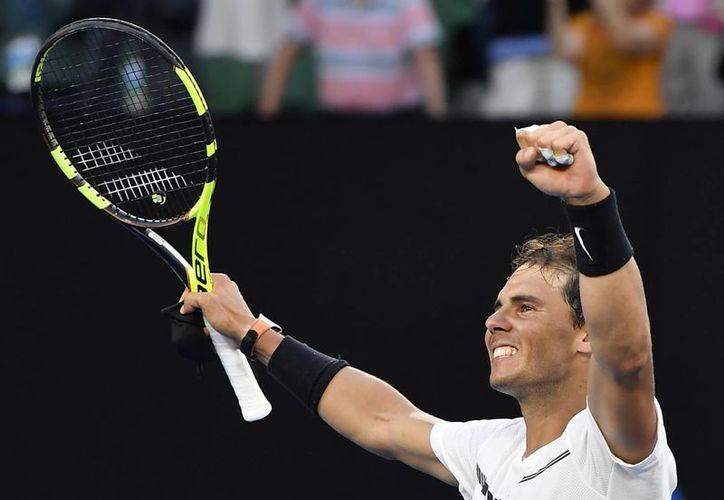 El tenista español Rafael Nada, sembrado 9 del torneo, avanzó a octavos de final del Abierto de Australia 2017. (AP)