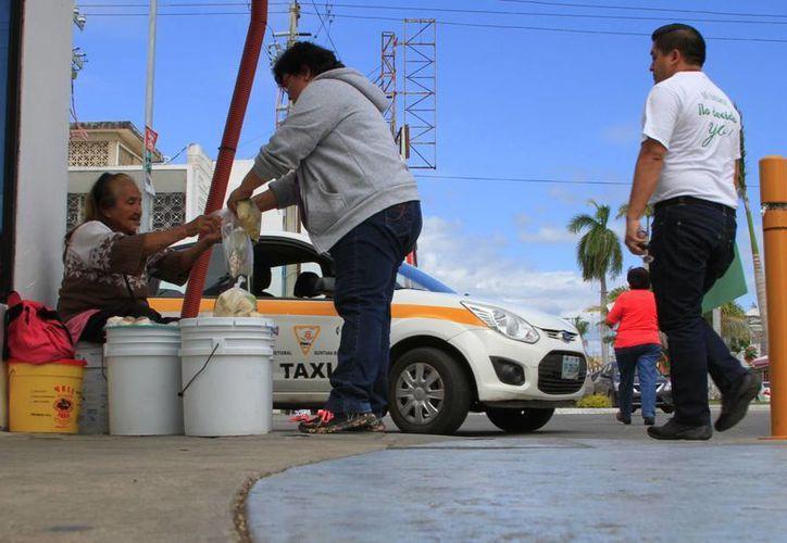 Con la entrega de tarjetas se busca apoyar a las familias más necesitadas. (Ángel Castilla/SIPSE)
