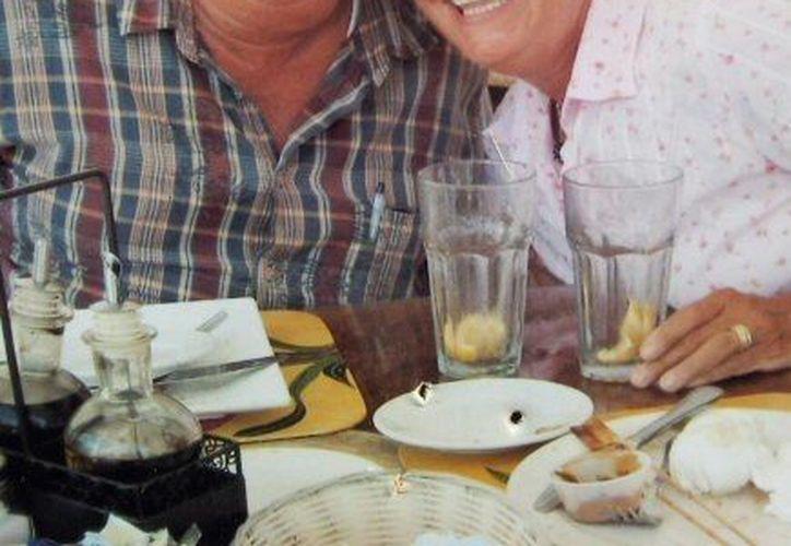 El infortunado payaso, en una foto familiar junto a su esposa. (Agencias)