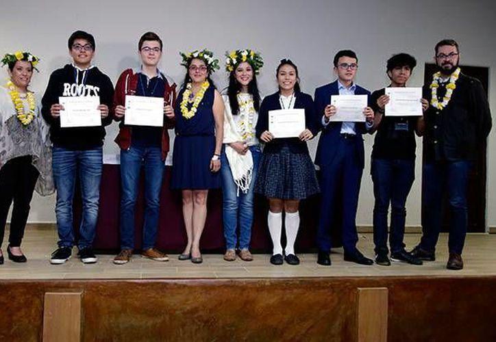 La yucateca Janeth Canché (al centro, con medias blancas) con los otros jóvenes ganadores en la etapa nacional de la décima Olimpiada Mexicana de Historia. (oem.com.mx)