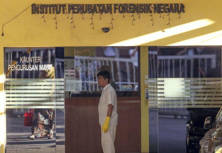Imagen de un médico en la entrada del departamento forense de un hospital en Kuala Lumpur, Malasia. La policía malasia detuvo a dos mujeres y un hombre en relación con el asesinato de Kim Jong Nam, el hermano del líder de Corea del Norte, Kim Jong Un. (AP Foto/Vincent Thian)