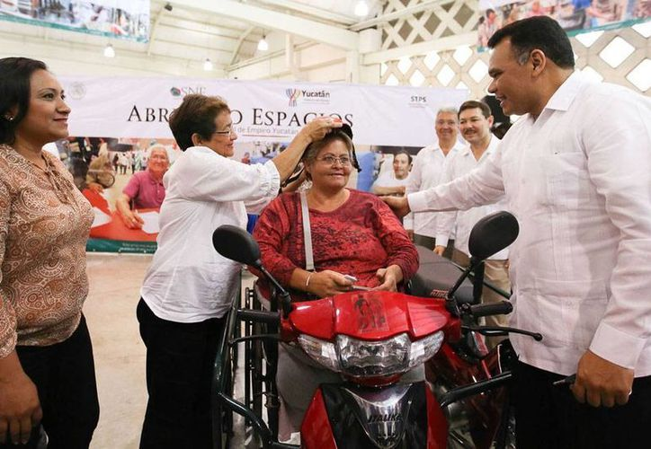 En el marco de la Feria Empleo 2015, el Gobierno entregó motos adaptadas para discapacitados. (Oficial)