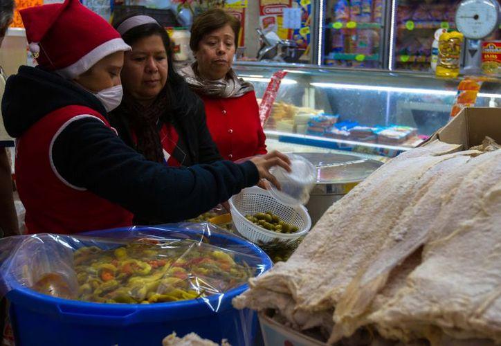 Cientos de capitalinos acuden a la Central de Abasto del DF para comprar los ingredientes de la cena de Navidad. (Notimex)