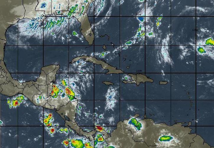 La mayor parte de Quintana Roo resulta afectada por los remanentes de una vaguada que interacciona con una onda tropical. (Redacción/SIPSE)