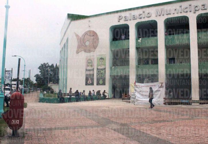 Prohíben tapizar edificios e instalaciones públicas con colores alusivos a los partidos políticos. (Joel Zamora/SIPSE)