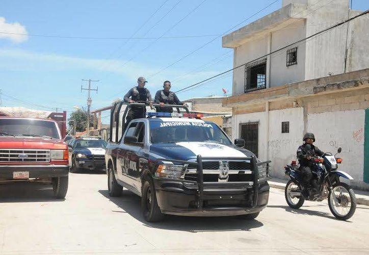 Elementos de la Policía Municipal aseguraron al joven que intentó extorsionar a una familia en Cancún. (Contexto/Internet)